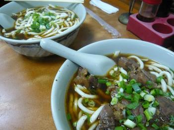 台湾を代表する麺料理「牛肉麺」。柔らかく煮込まれた牛肉とネギを、麺と一緒にいただきます。また最近は、トマトを入れたりするアレンジも。小麦の麺は中太麺のところが多いですが、うどんやラーメンともまたちょっと違います。
