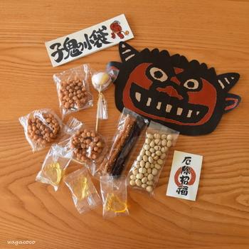 京都豆富本舗さんの子鬼の小袋は、なんともかわいい足型のべっこう飴も入った豆菓子セットになっています。鬼に金棒・鬼さん太鼓などお菓子のネーミングまでかわいいんですよ。