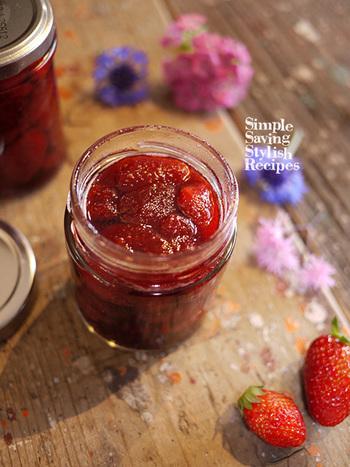 コンフィチュールの作り方は思っているよりも簡単!フルーツ(こちらのレシピではイチゴを使用)を砂糖とレモン汁に漬けておき、エキスが出てきたらゆっくりと煮込みます。少しとろみが出てきたら完成です。