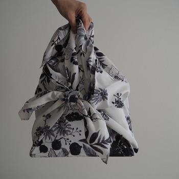 <超撥水風呂敷 ながれ> 応急手当ができたり、新聞紙やタオルを包んだものを被って顎の下で結べば防災頭巾代わりになったりと、非常時に便利な風呂敷。 こちらはさらに、撥水加工がしてあるのでバッグ型にすれば10ℓの水を入れて運ぶこともできるそうです。  エコバッグとして使ったり濡れた物を包んでバッグにしまったり、レインコートやショール代わりに羽織ったり、普段から活躍してくれそうですね。