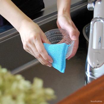 洗剤は不要。水だけで油汚れまで落としてくれるスポンジです。水に濡らして軽くなでるだけで、スポンジが食器にしっかり密着してキュッキュッと汚れをかき落としてくれるのがわかります!業務用スポンジを家庭用に商品化しているので耐久性も抜群◎。