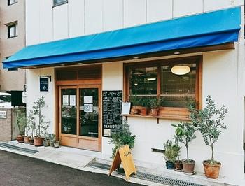 """以前、元町にあったお店が2015年10月に、ここに移転しました。テーブル席と小上がりの畳スペースがあり、ほっとくつろげる""""食堂""""です。"""