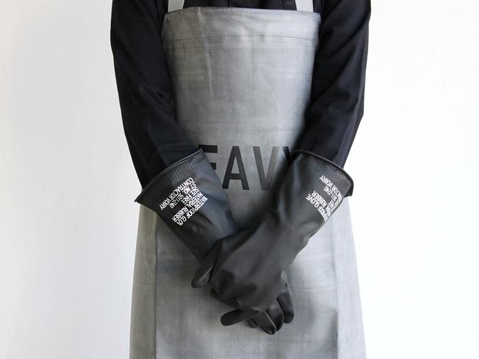 まるで海外の雑貨屋に置いてあるような洗練されたデザインのゴム手袋。これなら、使った後に干していても生活感ゼロです!もちろん使い勝手も◎。指先まで滑り止めが施された本格派で、長さも十分にあるので袖濡れも防いでくれます。水仕事だけでなく、大掃除や機械のメンテナンスなど幅広く活躍してくれます。