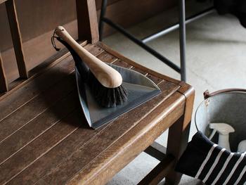 こちらはSサイズ。軽量で扱いやすく、ベランダや階段など気になったときにささっとお掃除するのに便利です。フックにかけてコンパクトに収納することもできます。