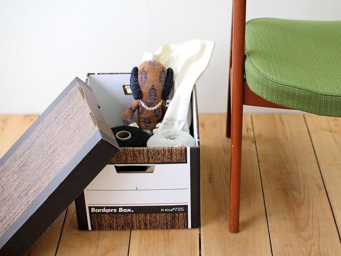 """暮らし上手さんがこぞって愛用しているのがこちらの""""紙""""でできた収納ボックス。床に無造作に置いても絵になる洗練されたデザインが魅力です。丈夫なので多少重い物を入れても大丈夫◎"""