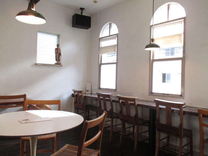栄町の海岸通りにある古いビルの2階が、カフェダイニング「haus diningroom」です。「海外からみた日本」をコンセプトにしたアパレルショップ「haus」が運営し、1階にはブティックがありますよ。
