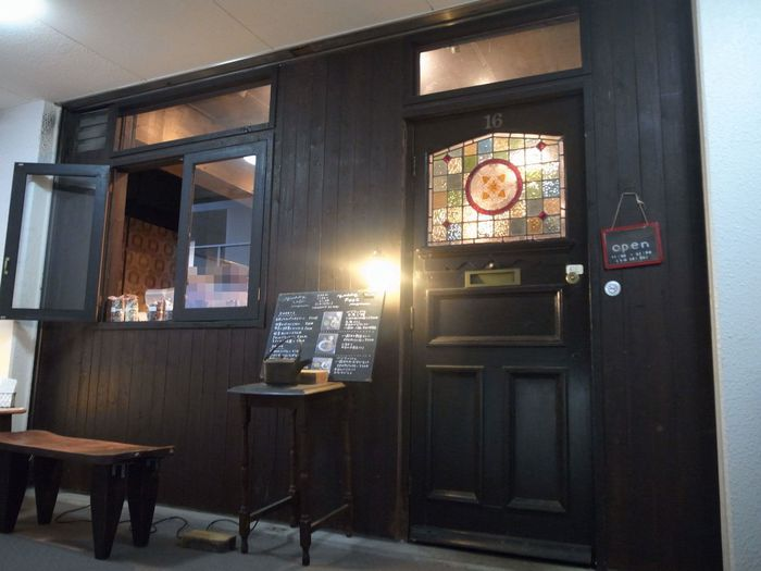 タイル張りの古い雑居ビルを上がった3階に現れる「CAFE yuddy」は、レトロでクラシカルな雰囲気に心惹かれますね。2004年に和スイーツのお店としてオープンし、2013年のプチリニューアルのタイミングで、ごはんはベジスープと魚を中心としたヘルシーメニューに改めたそうです。