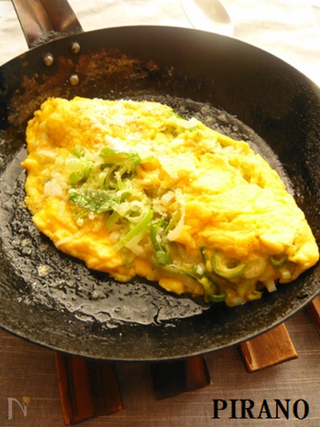ふんわりとろとろのオムレツには、たっぷりのねぎと粉チーズが入っています。よく熱したフライパンに卵を流し入れ、かき混ぜながら軽く火を通すとふんわり焼き上がるそうですよ☆