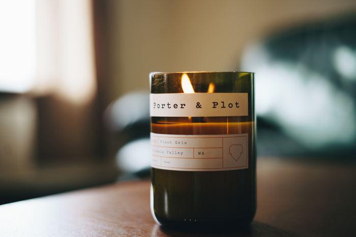 寝室やリラックスできる場所なら、アロマキャンドルを。香りはもちろん、ぬくもりある灯りを見つめるのもきっと心地よい時間になるはず…♪