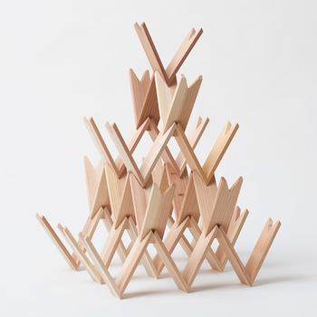 積み木もアートや創作に繋がる道具の一つ。森林保全団体「moreTrees(モアツリーズ)」と建築家の隈研吾さんとのコラボで生まれたこちらの積み木はシンプルなようで、とても秀逸。驚くほど軽くて、並べたり、組み合わせたり、積み上げたり...様々な手法で自在に積み木遊びを楽しめます。気づけば建築家やデザイナーになった気分で、創作に夢中になっているかもしれませんよ。