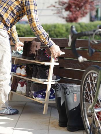 こちらのシューラックのおすすめポイントがもうひとつ。それは、靴を収納したまま外へ運んで天日干しできるという点。ラック自体が軽いので女性でも楽に持ち上げられます。ついでに玄関のお掃除もして、気分までスッキリ♪