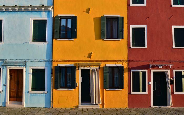 建物のひとつひとつがとても鮮やかで明るい色で塗られています。空のような水色、太陽のような黄色、大地のような赤。