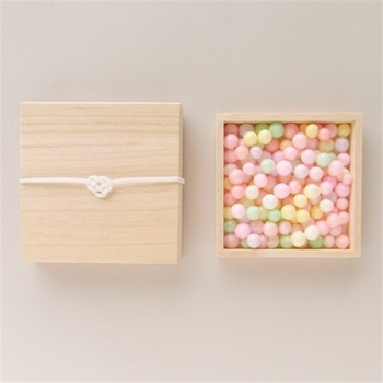 こちらのあられは香川県で嫁入り菓子として用いられている「おいり」。パステルカラーをまとった「おいり」は春の訪れを感じさせるひな祭りにもぴったりですね。