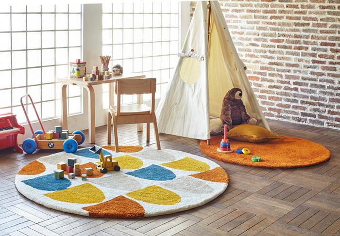 子ども部屋やキッズスペースは、カラフルな色がよく合います。温もりのあるオレンジのまるいラグがキュート。