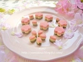 桜の形をした3層のクッキー。ストロベリーパウダーや抹茶を使っているので、見た目だけでなく味も抜群!お友達にプレゼントしても喜ばれそう♪