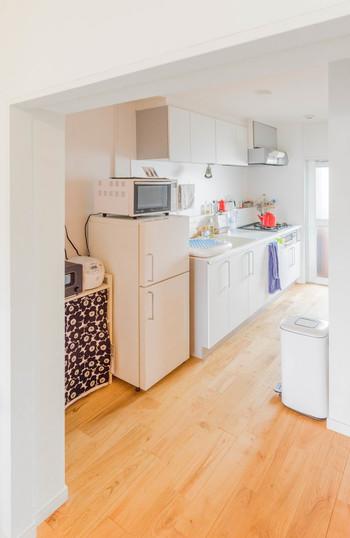こちらも白いキッチンに、ポットやタオル、ファブリックで鮮やかな色をプラス。程よく散りばめられた色がパッと目に飛び込んできます。