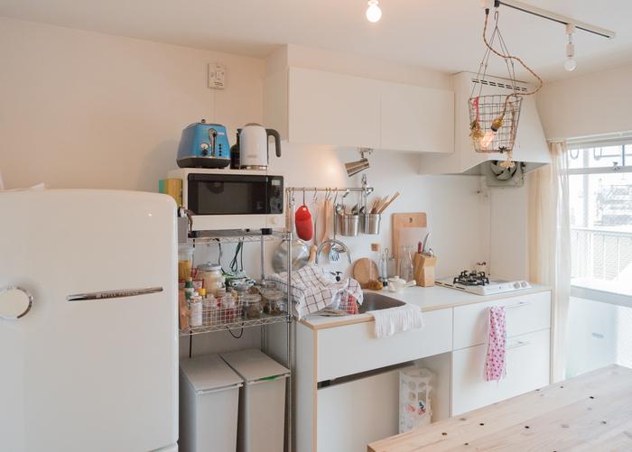 白で統一されたきれいなキッチンに、カラフル&ポップなアイテムをところどころに散りばめると、可愛らしいイメージに。白に赤や青のカラフルな色が映えますね。