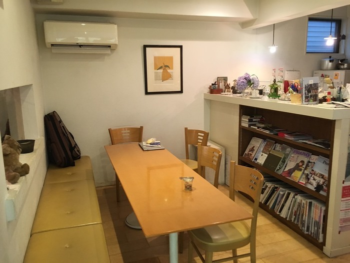 お店ではウクレレ教室や版画教室などが開かれており、町のサロンとしても愛されています。教室はコーヒーとケーキ付。美味しい珈琲と芸術が体験できるカフェでもあるんです。