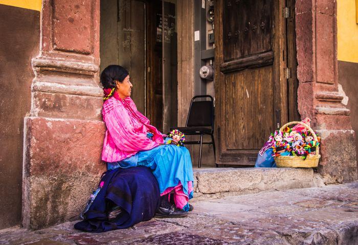 街の人々が着る服の多くに、手仕事の刺しゅうや編み物などが施されています。かごから見える色とりどりの雑貨も、とてもカラフルできれいですね。
