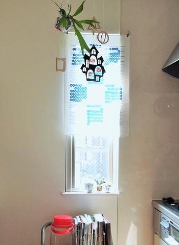 キッチンタオルをカーテンクリップで吊るしているんだそう。お気に入りの柄のキッチンタオルやハンカチをカフェカーテンにしても◎モビールと吊るしたグリーンが素敵なアクセントを添えています。