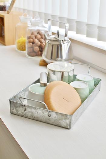 急須や湯のみ、茶葉や茶たくなどは、アイテムごとに収納すると、使うたびに色々な場所から取り出さなければならず不便。 来客時には、できるだけお待たせせずに準備したいですよね。