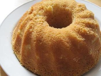 スウェーデンのソッケルカーカ(Sockerkaka)というケーキ。スウェーデンではお菓子にカルダモンがよく使われるのだそう。遠い異国の味を試してみませんか?