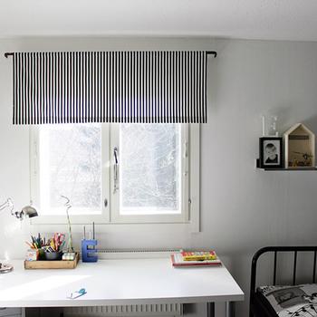 ストライプのカフェカーテンが白を基調としたシンプルなお部屋のアクセントに。モノトーンカラーのカフェカーテンは、雑貨も同色系で統一するとまとまりのある空間になりますよ。