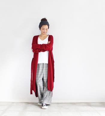 体型カバーもしてくれて、トレンド感もあるロングカーディガン。ラフなコーデに一枚羽織るだけでも、なんとなくお出かけ着の雰囲気をプラスしてくれるとっても優秀なアイテムです。