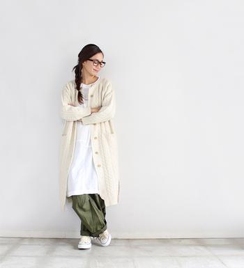 白のシャツワンピースにカーキのワイドパンツ、そしてその上から白のロングニットカーディガンを羽織ったスタイルです。白×白だと夏っぽい印象になってしまう気もしますが、白の色味を変えていることとニット素材を使っていることで、冬~春の着こなしでも違和感なくスタイリングできます。