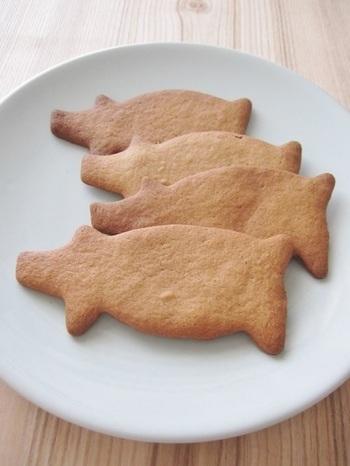 シナモン、ジンジャー、クローブなどの「クリスマスの香り」をスパイスとして使うクッキー pepparkakor(ペッパルカーコル)。クリスマス時期になるとスウェーデンでよく食べられるクッキーです。