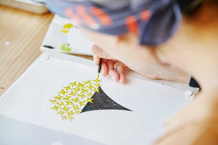 黄色の下に重ねる色は、描いているときの直感。色と色とが重なりあり、世界に1つだけの表情を見せていきます