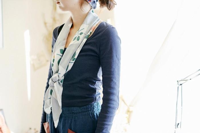 大判のスカーフは、ゆとりがあるのでいろいろな巻き方を楽しめます