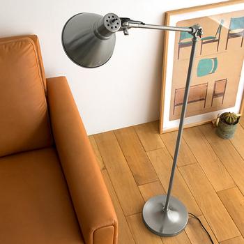 背が高く細身のスタンド式ランプは、圧迫感がないので部屋を狭く感じさせることも少ないですよ♪