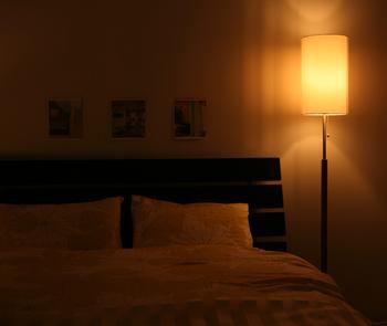 間接照明は、ただ灯りを増やすだけではなく、光を天井や壁に当てて周囲を照らすこともできます。やわらかい光を楽しめるので、部屋の雰囲気が落ち着いた印象にもしれくれますよ。
