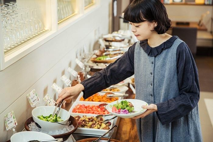 新鮮さを物語るつやつやとした野菜を目の前に、いつの間にか選ぶのに夢中になってしまいます