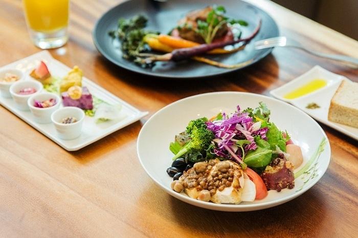 野菜ビュッフェには、スープやそうざい、豆類も。手前のそうざいにかかったソースには、ひよこ豆とレンズ豆がたっぷり使われています