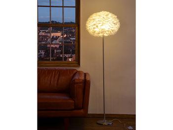ほんのりとした灯りがいいと言われても、ピンポイントしか照らせない照明ではお部屋で過ごしにくくなってしまいます。そこでおすすめなのが、やさしい明かるさのフロアライト。 VITA(ヴィータ )Eos Floor Light(イオス フロアライト)は、デンマーク発の照明。天然のガチョウの羽をシェードの素材として贅沢に使用。羽からこぼれ出るような幻想的な柔らかな光に癒されます。