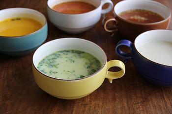 白山陶器といえば、平茶碗やブルームシリーズを思い浮かべる方も多いかもしれませんが、こんなに色とりどりのスープボウルもあるんです。マットな手触りの釉薬が施されているので、両手で持ったとき、スープのあたたかさをじんわりとやさしく手に伝えてくれてくれます。