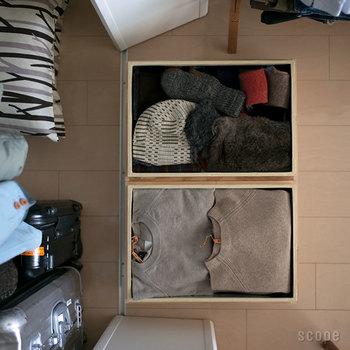 昔ながらの茶箱。雰囲気ある佇まいに惹かれますが、実は一度使ったら手放せないほど収納グッズとしては優秀。「東屋」の茶箱は内側にトタン板が貼られているので密閉性に優れ、湿気、匂い、そして虫から物を守ってくれます。丈夫で壊れることもなく、積み重ねても平気◎。  サイズのバリエーションも豊富で、衣類収納には20kg、40kgサイズがおすすめ。お気に入りの洋服こそプラケースではなく茶箱に収納してみませんか?今よりも衣替えが楽しくなるはずです!