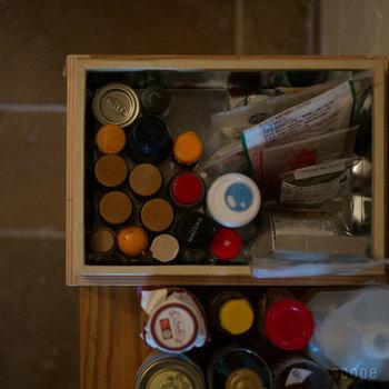調味料やスパイスの瓶、昆布、鰹節、ストックの砂糖や粉類…。すぐにごちゃごちゃしてしまうキッチン周りの収納にもぜひ茶箱を。平型はキッチン卓上に、深方はキッチン壁際に床置きで。サイズ違いをいくつかそろえておくと便利です。