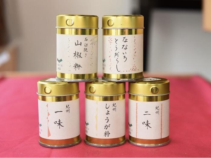 ■薬味缶 二味やなないろとうがらし(七味)など、便利な缶付きも人気。 こちらは、手土産にも重宝するサイズ感です。