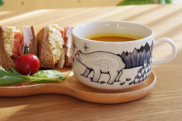 イッタラと並び、北欧を代表する食器ブランド・アラビア(ARABIA)の「ピーロパイッカ(Piilopaikka)」シリーズ。花をモチーフとした模様が有名ですが、このようにかわいいシロクマが描かれた器もあるんです。北欧の森林で隠れんぼをする動物や少女たちが描かれているとのことで、フィンランドの物語に想いを馳せる、素敵な食事を楽しめそうです。
