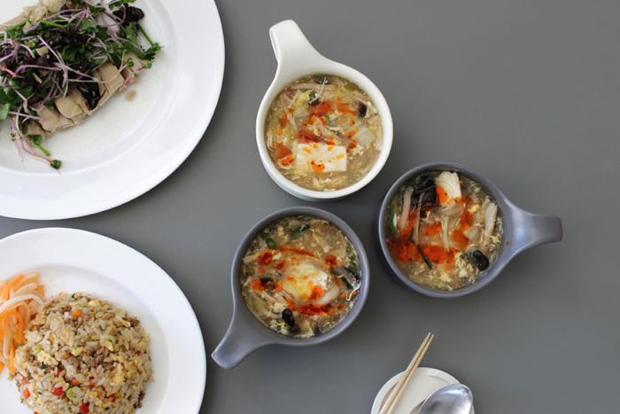 カラーは「グレーマット」と「アイボリーマット」の2色展開。マット系の色みなので主張しすぎず、中に入れているスープを引き立ててくれます。和洋中どの料理とも相性が良く、使い勝手抜群。