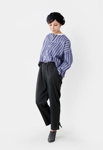 タイトなトラウザーパンツに、ゆったり着られるストライプのシャツを合わせたスタイリング。足元は靴まで黒色で揃えているので、ボトムス部分のタイト感がより強調されていますね。前だけインしてこなれ感を出すのもおすすめです。