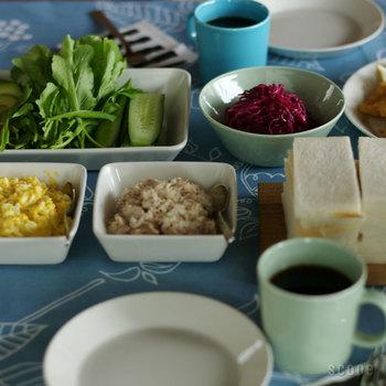 鮮やかなライトブルーやホワイト、グレー、ブラックなど、カラーラインナップが豊富で選ぶのが楽しいのもTEEMAの特徴。同シリーズで他にプレートやマグも展開していますので、同じ色みで食器を揃えれば、レストランのようなスタイリッシュな食卓を楽しめそうです。