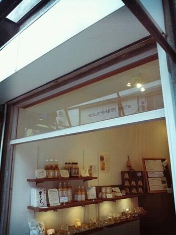 世田谷線の松陰神社前駅からすぐの商店街にある「せたがや縁側カフェ」は、玄米甘酒とおからマフィンがお持ち帰りできるお店です。小さなお店は清潔感があり、ガラス窓に書かれたお店のロゴがさりげなくおしゃれ。