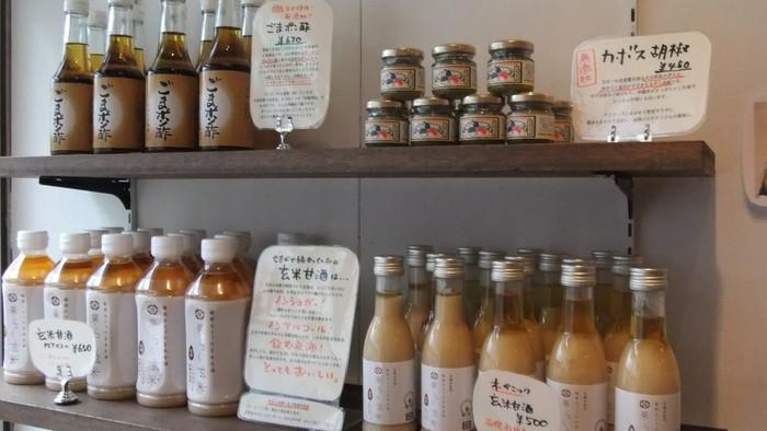 お店で飲める甘酒の他、お出汁や調味料など日本の良いものも購入できます。スタッフの方が丁寧に説明してくれるので、安心して買えるのもうれしいですね。甘酒と同じぐらい温かいお店の雰囲気は、わざわざ訪れたくなります。