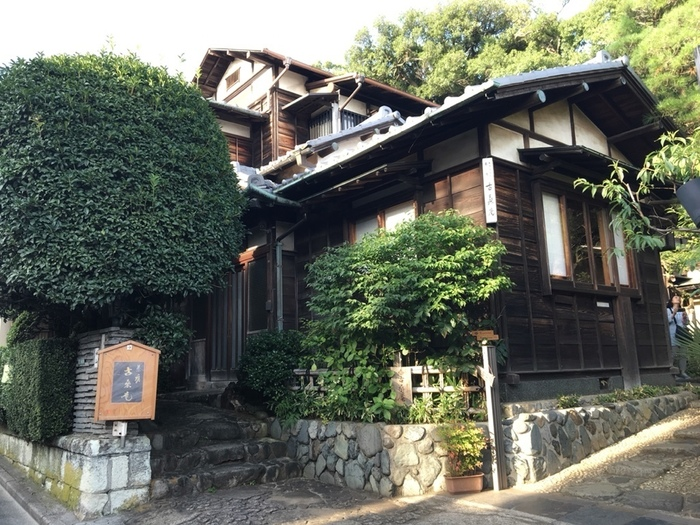 自由が丘駅の正面出口から5分ほど歩くと見えてくる歴史のある建物。古桑庵(こそうあん)は、1954年にオープンした古民家カフェです。名前の由来は、桑の古材を使用しているから。夏目漱石の娘婿である小説家の松岡譲氏が命名したことでも知られています。