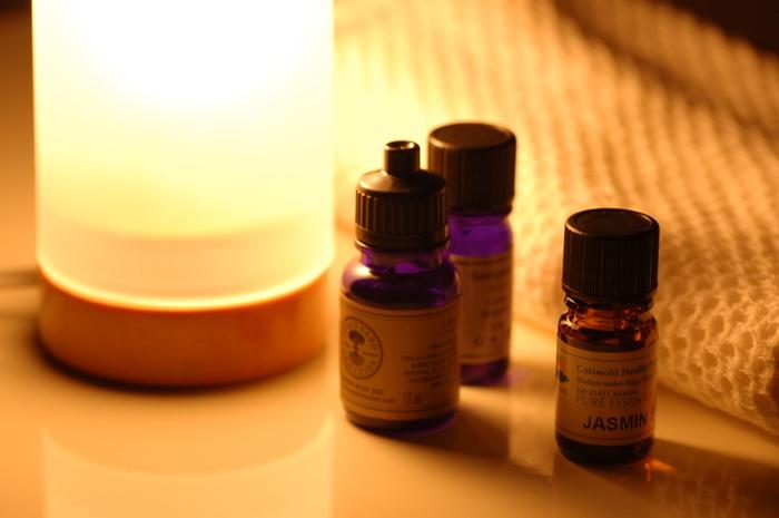 脳にダイレクトに伝わる香りを楽しむのも快眠が期待できます。一般的に安眠にはラベンダーやウッド系の香りがいいと言われていますが、自分が本当にリラックスできる香りを選びましょう。また、アロマは天然のエッセンシャルオイルがおすすめです。