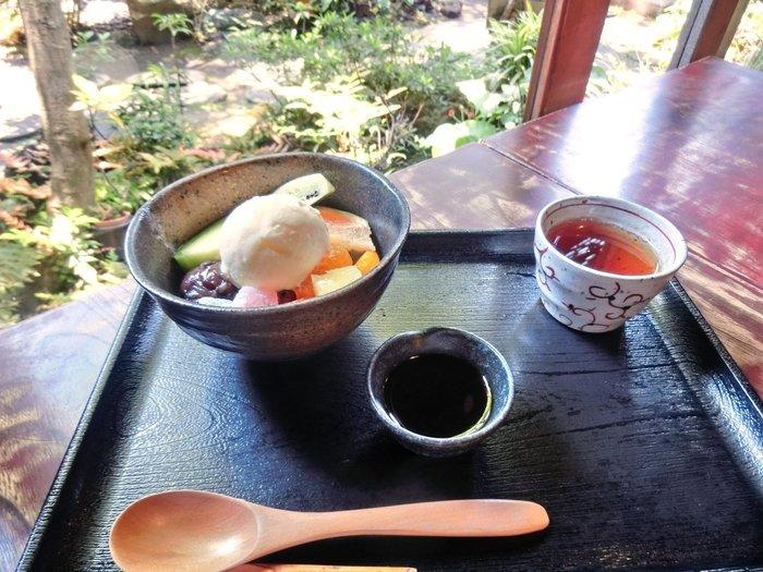 お庭を眺めながらしばしリラックスタイム。古桑庵では、甘酒以外にもあんみつなどの甘味がいただけます。大正レトロなカフェで日頃の疲れを癒してみては?